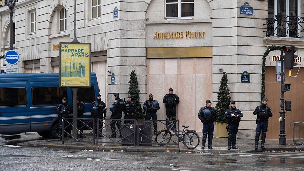 Le risque de violences pousse de nombreux magasins, notamment sur les Champs-Elysées, à fermer leurs portes samedi et à se protéger.