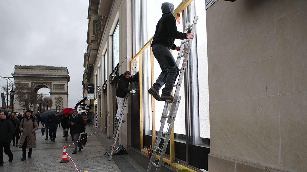 Sur les Champs-Elysées vendredi après-midi, de nombreux ouvriers étaient à l'oeuvre pour sécuriser les vitrines.