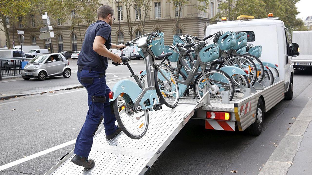 Rapatriement de vélos dans une station Vélib' en septembre dernier. En cette fin de semaine, de nombreuses stations sont fermées au coeur de Paris pour sécuriser le matériel.
