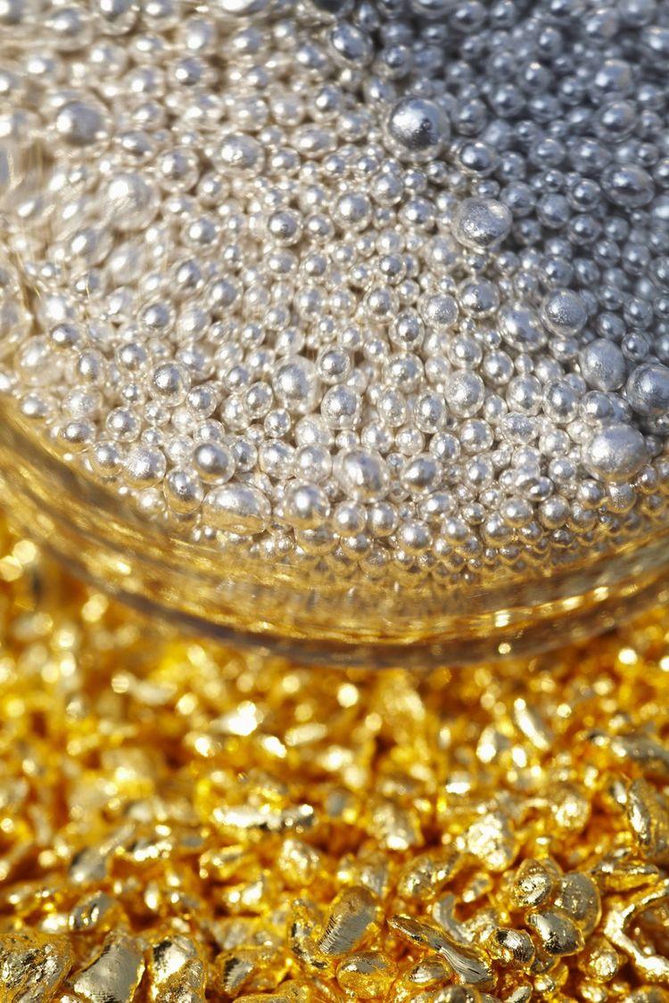 Revendu à l'industrie automobile et électronique ou bien sur le marché de l'or, le métal jaune sort, selon les besoins, sous forme de poudre, de granules, de sables ou… de lingots.
