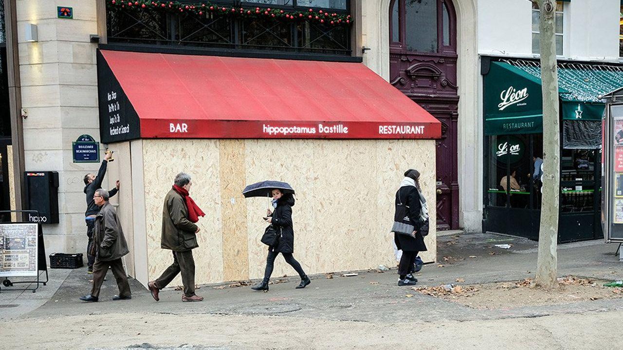 Le restaurant Hippopotamus de la Place de la Bastille se barricade avant la manifestation des gilets jaunes de samedi.
