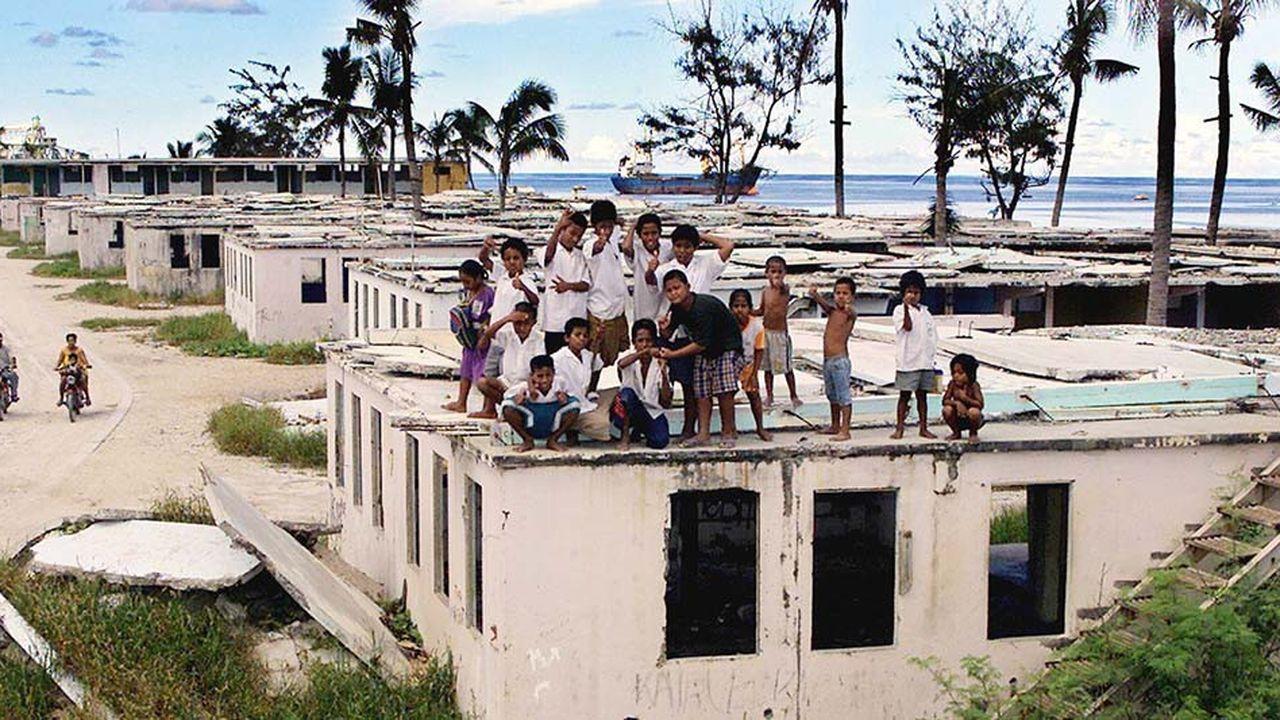 Les bateaux de clandestins sont depuis 2013 systématiquement refoulés en mer. Ceux qui parviennent à échapper aux contrôles sont envoyés dans des centres de rétention sur l'île délabrée de Nauru et en Papouasie-Nouvelle-Guinée.