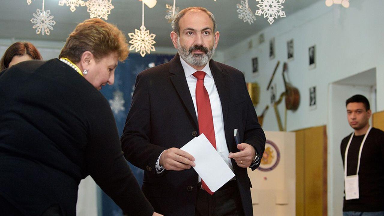Sans majorité, le Premier ministre avait démissionné en octobre pour mener à bien ses réformes en faveur des petites entreprises