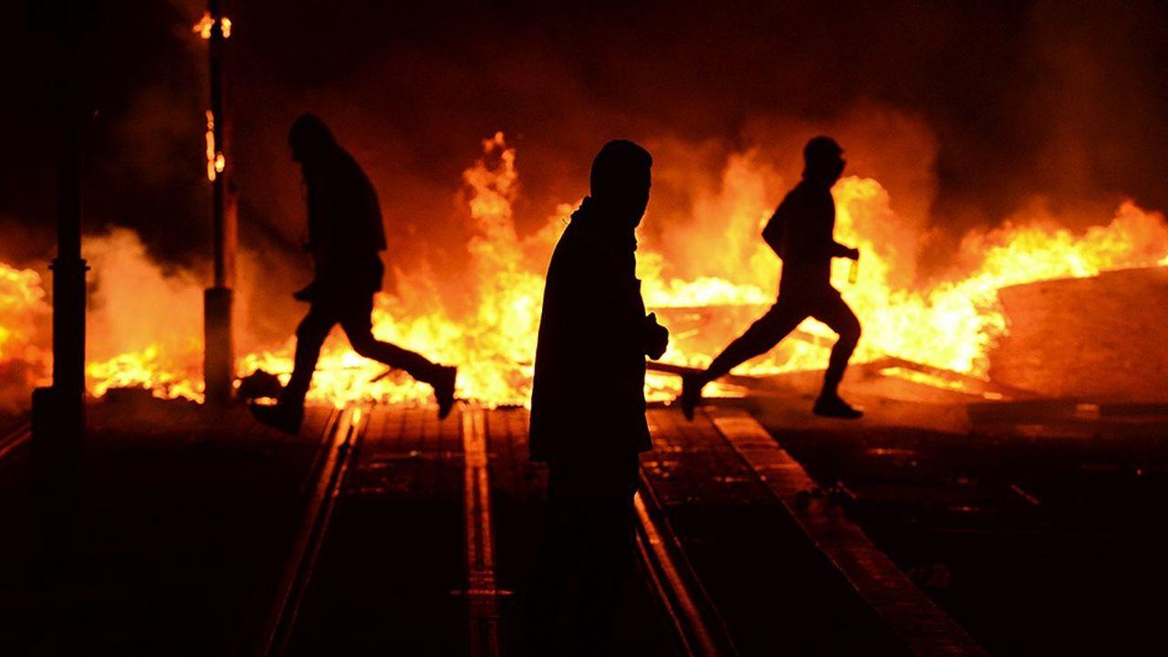 Des images de violence lors de manifestations des gilets jaunes ont fait le tour du monde. (Photo by Nicolas TUCAT/AFP)