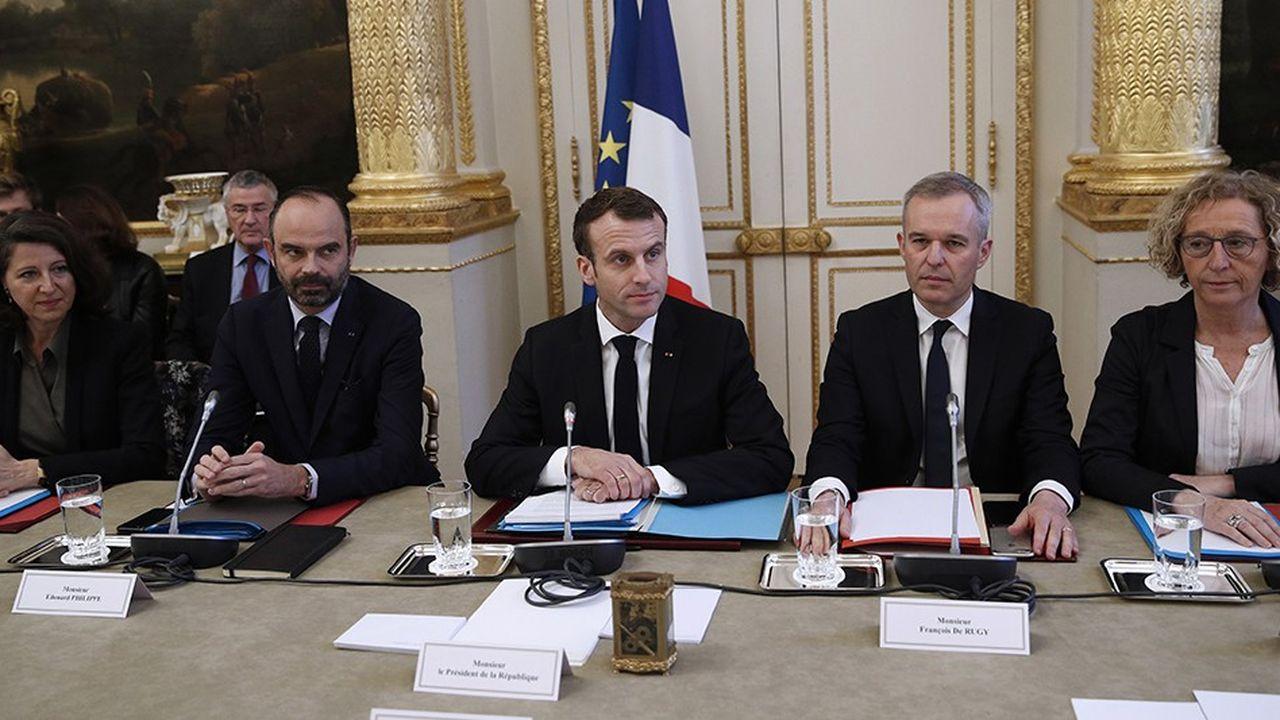 Etaient présents ce lundi matin à la réunion d'autour d'Emmanuel Macron: le Premier ministre Edouard Philippe, 12 membres du gouvernement, les patrons des principaux syndicats et du patronat, ainsi que les présidents de l'Assemblée nationale, du Sénat et des associations de collectivités locales.
