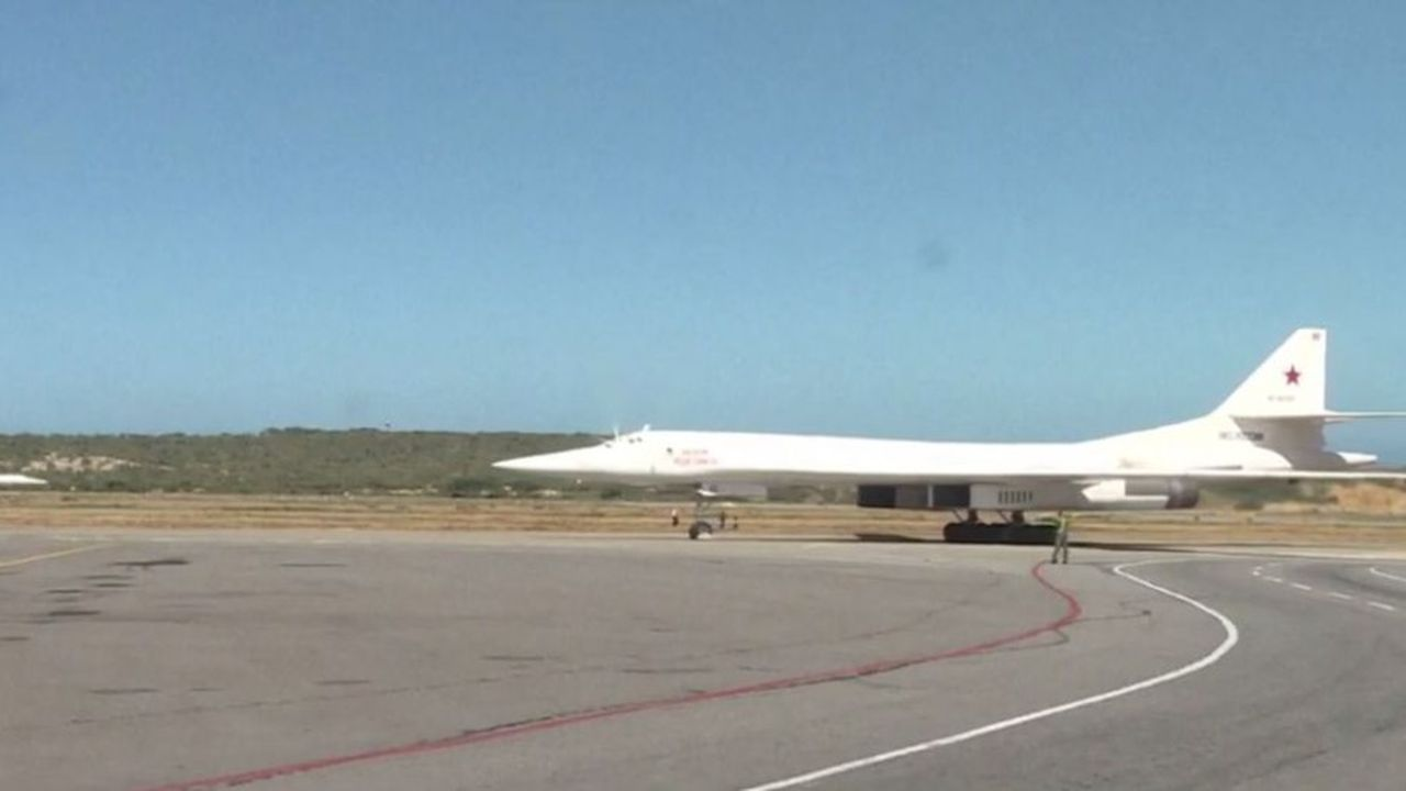 Les deux bombardiers stratégiques russes TU-160 sont venus directement de Russie