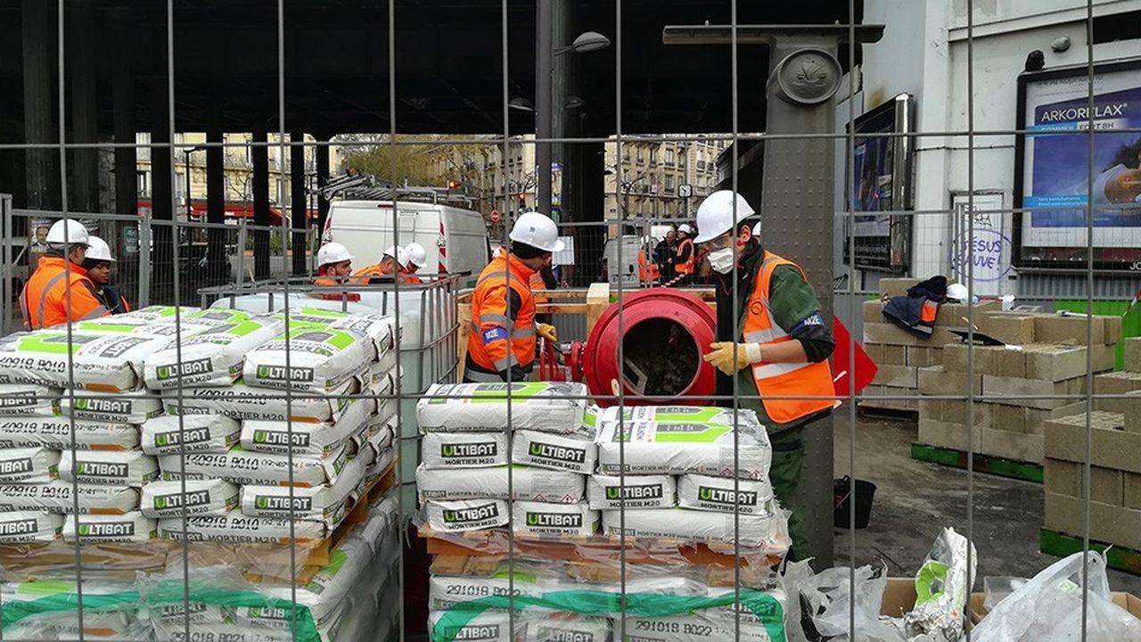 Les équipes de la RATP étaient à l'oeuvre ce mardi matin à Balard pour édifier un mur en parpaing destiné à empêcher l'eau de s'insinuer dans la station de métro.