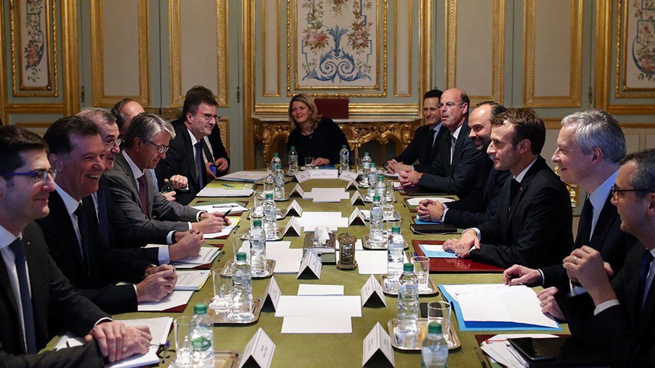 Les dirigeants des grandes banques françaises ont été reçus mardi à l'Elysée. Le secteur s'est engagé à un gel des tarifs aux particuliers pour 2019 et à plafonner les frais pour l'ensemble des clientèles fragiles.
