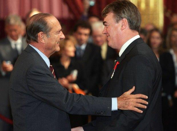 Le président Jacques Chirac remet l'insigne d'officier de la Légion d'honneur au médiateur de la République Jean-Paul Delevoye, le 17 septembre 2004