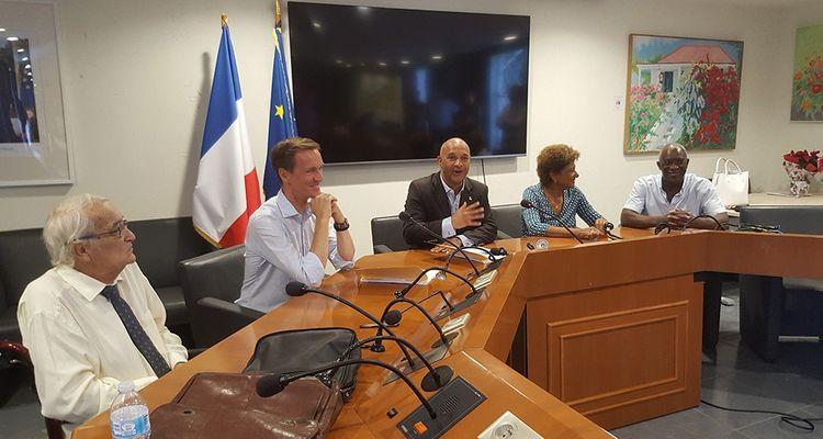 Louis-Roch Burgard, président exécutif de Saur et Daniel Gibbs, président de la collectivité de Saint Martin, ont signé officiellement le contrat de délégation à Saur de la gestion de l'eau de l'ile le 11 décembre, lors du passage du dirigeant de la société d'eau dans l'île.
