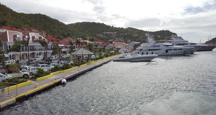 La très huppée île de St Barthelemy est aujourd'hui reconstruite à 90%. Reste trois hôtels à ré-ouvrir, qui profite de la reconstruction post-Irma pour surélever et éloigner de la mer certaines de leurs infrastructures.