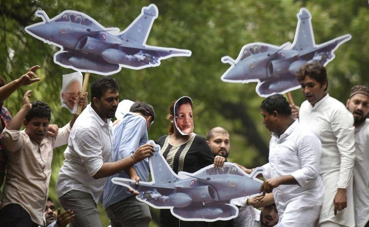 Des manifestants accusent le gouvernement de Narendra Modi d'avoir favorisé le conglomérat privé Reliance Group réputé proche du Premier ministre, au détriment de l'entreprise publique Hindustan Aeronautics Limited (HAL).
