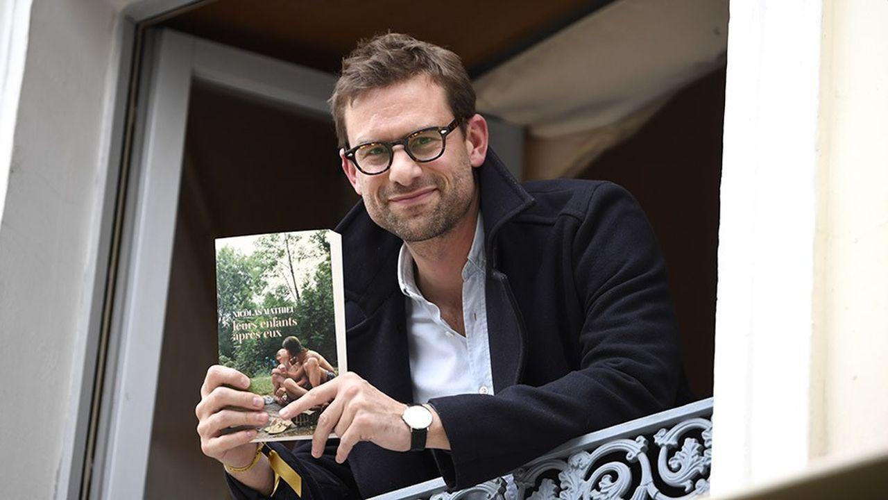 Nicolas Mathieu pose avec son livre «Leurs enfants après eux» après avoir remporté le prix Goncourt.