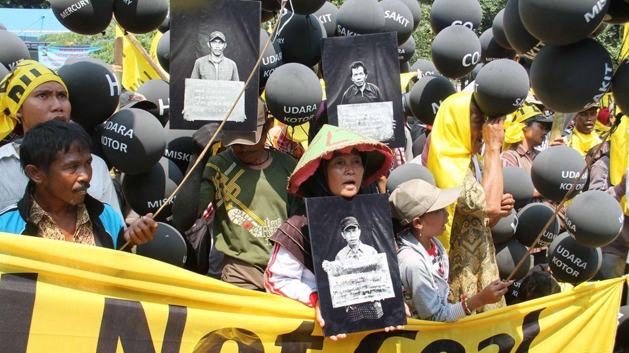 A Jakarta, la capitale, des manifestants protestaient en 2014 contre la construction d'une des 100 centrales à charbon prévues d'ici 2020