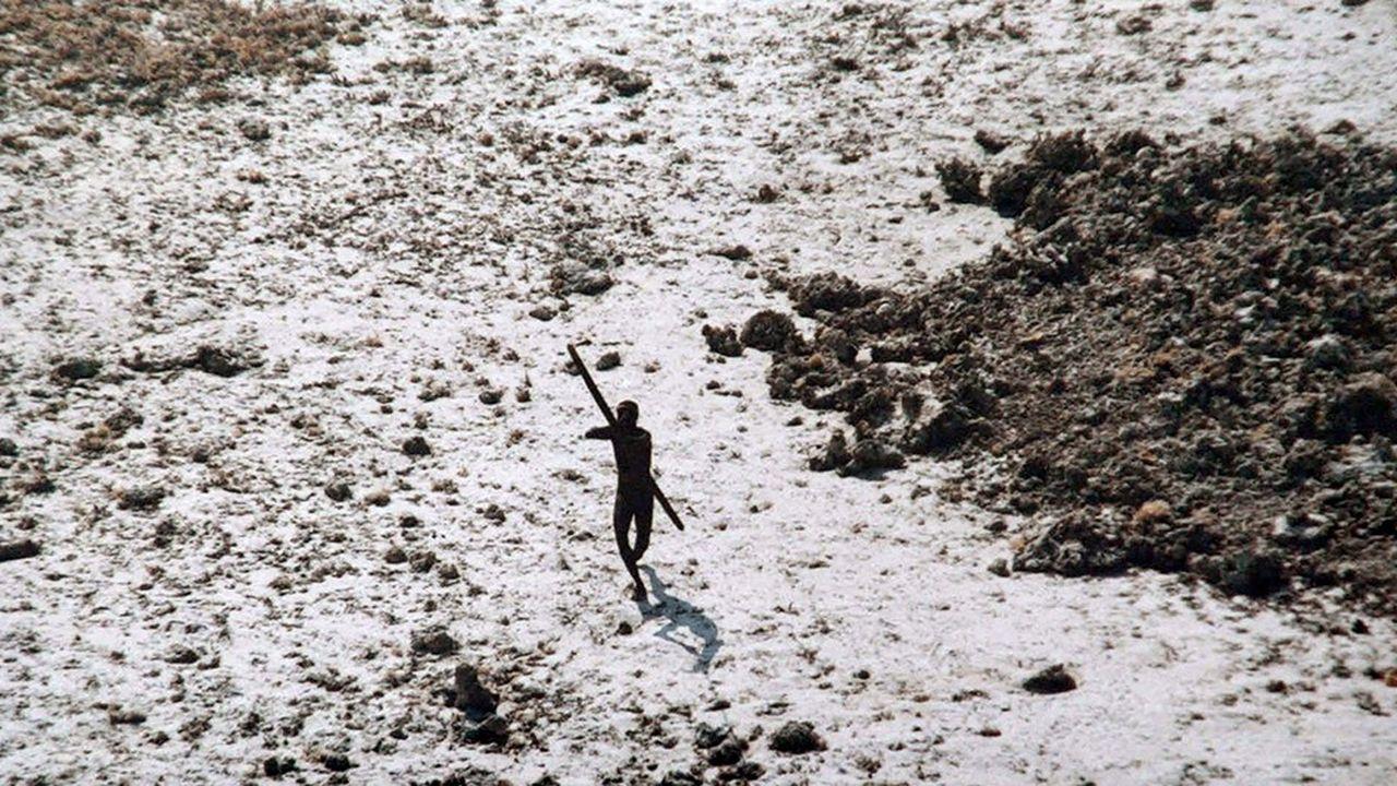Pris le 28 décembre 2004, ce cliché est l'un des très rares dont on dispose d'un membre de la tribu des Sentinelles, peuplade de quelque 150 personnes vivant coupées du monde dans l'archipel d'Andaman.