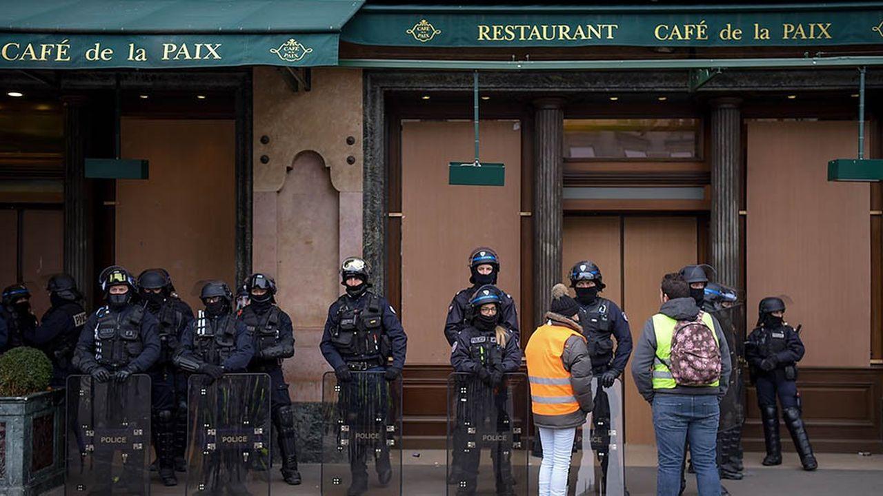 De très nombreux cafés ont été contraints de se barricader chaque samedi depuis l'acteI de la mobilisation, le 17novembre