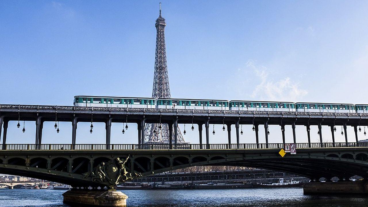 La ligne 6 passe sur le pont de Bir-Hakeim en face de la Tour Eiffel.
