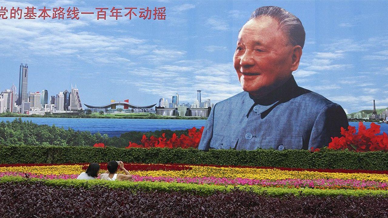 Les affiches à l'effigie de Deng Xiaoping, le présentent comme l'un des pères de la Chine contemporaine.