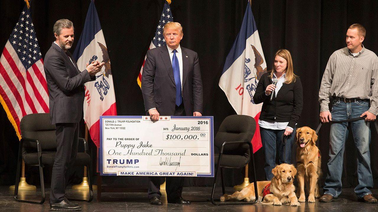 Donald Trump remet un chèque de 100.000dollars de la Fondation Trump à une association, le 29janvier 2016.
