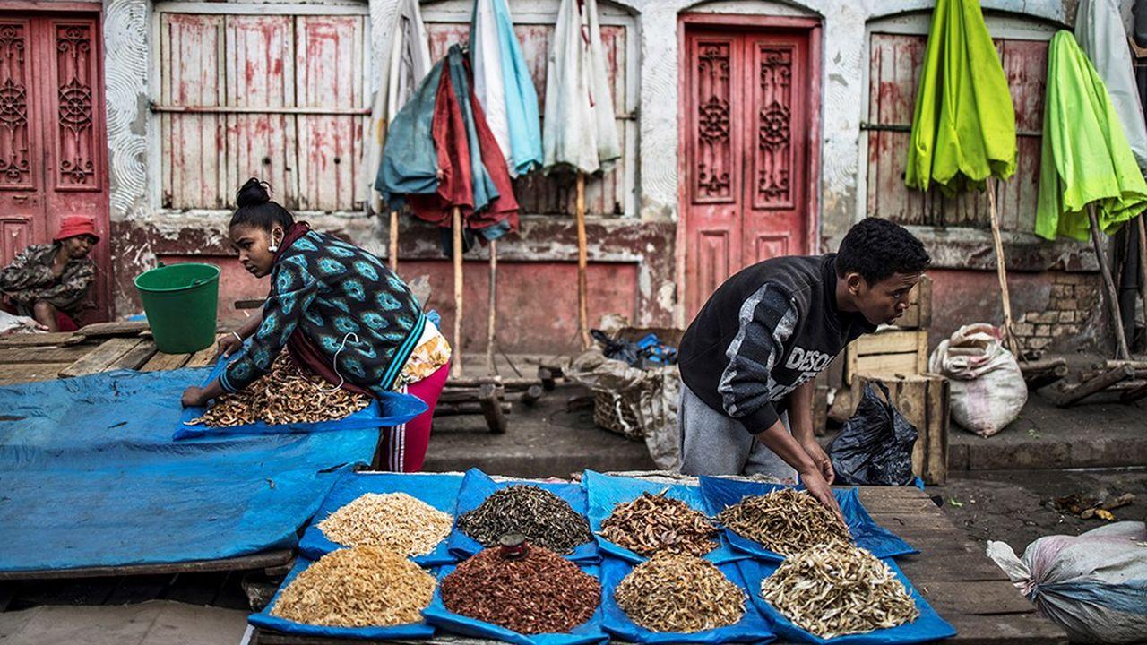 Des vendeurs de poissons séchés devant leur présentoir illustrent l'effarant appauvrissement du pays depuis son indépendance en 1960, sans doute le seul pays au monde à avoir enregistré un tel déclin, hors guerre.