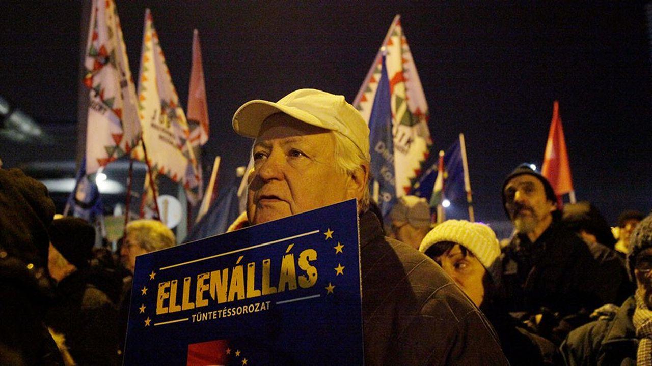 Dimanche dernier, à Budapest, devant le siège de la télévision d'Etat, un manifestant tient une pancarte où l'on peut lire: «Resistance».