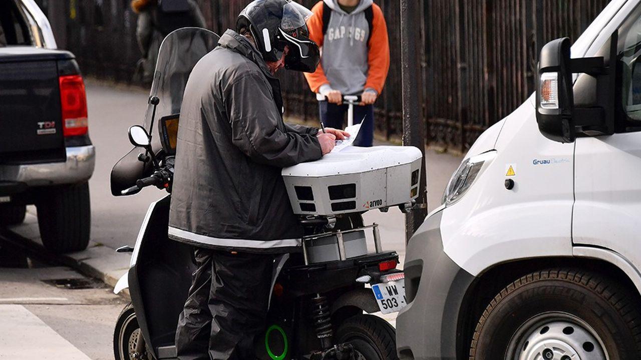 Pour accélérer les verbalisations, des voitures ou des scooters filment les plaques des voitures garées. Celles n'ayant pas acquitté un ticket de stationnement par parcmètre ou mobile sont contrôlées par un agent qui dresse manuellement le PV.