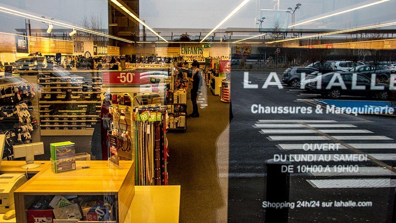 Après la fermeture d'une quarantaine de magasins l'an dernier et d'une vingtaine cette année, La Halle compte désormais 835 points de vente, dont une soixantaine fusionnés (La Halle aux vêtements et La Halle aux chaussures).