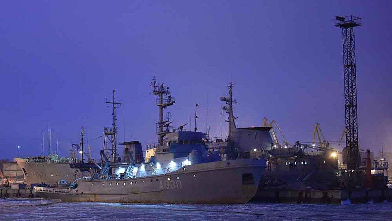 Les navires ukrainiens Korets et Donbass sont amarrés dans le port de Mariopol, au fond de la mer d'Azov.