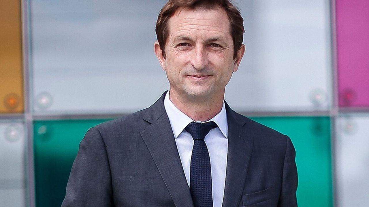 Bertrand Camus, 51 ans, est entré chez Suez en 1994 et est actuellement directeur général adjoint chargé des zones Afrique, Moyen Orient, Inde, Asie et Pacifique.