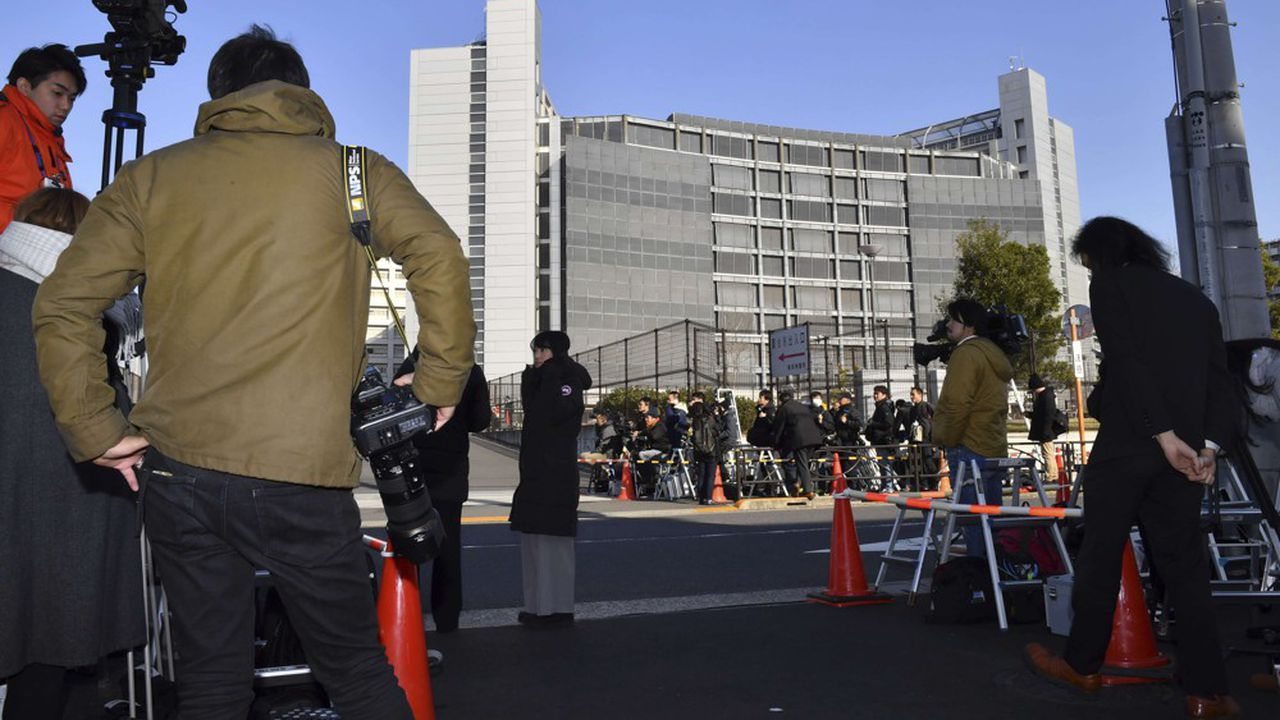 Ce vendredi, les camions de régie étaient prêts à retransmettre en direct la libération de Carlos Ghosn, dont la sortie s'annonçait imminente