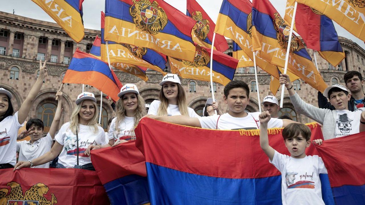 A Erevan sur la place de la République, le 8mai 2018, de jeunes Arméniens célèbrent l'arrivée comme Premier ministre de Nikol Pachinian.