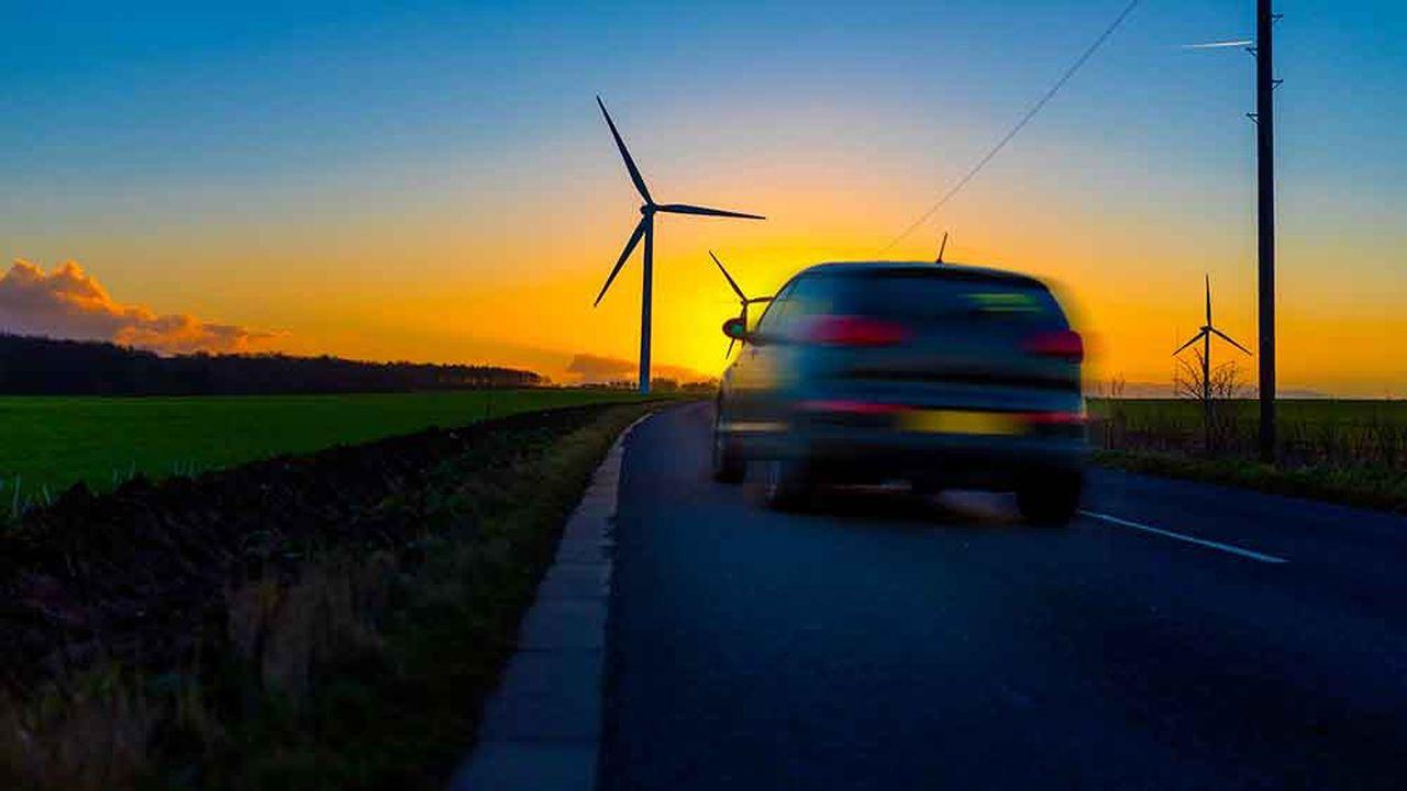 Emmanuel Macron avait repris à son compte l'idée de taxer les énergies polluantes - carburants et gaz - pour alléger le prix des énergies décarbonées - l'électricité - tout en assurant le développement des énergies renouvelables - le solaire et l'éolien.