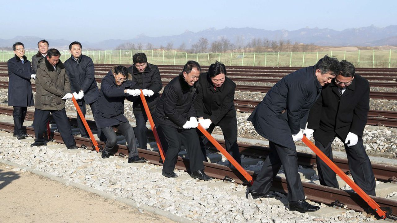 C'est dans la ville frontière de Kaesong que les officiels nord-coréens et sud-coréens ont symboliquement raccordé les deux réseaux ferrés