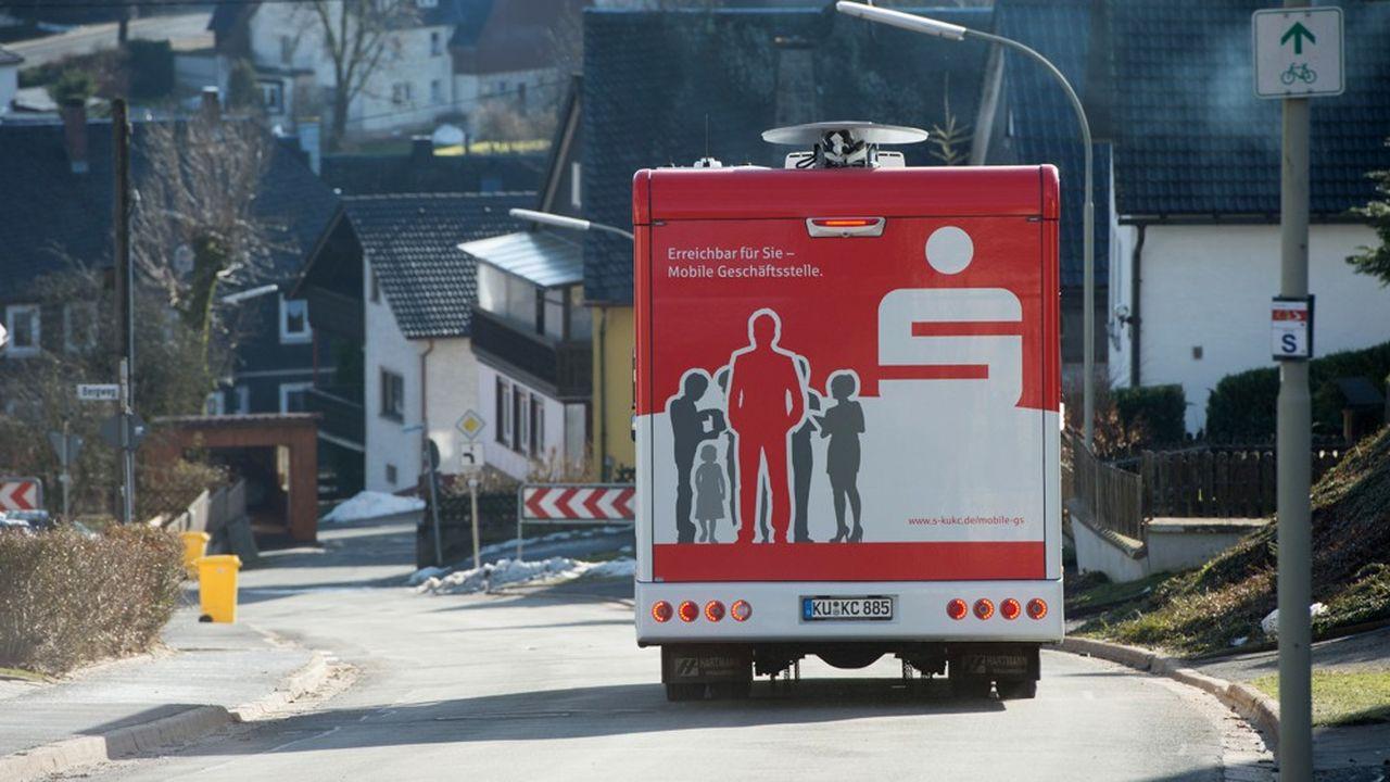 Les caisses d'épargne allemandes ont mis en place des bus pour continuer à servir leurs clients en zone rurale après la fermeture d'agences.