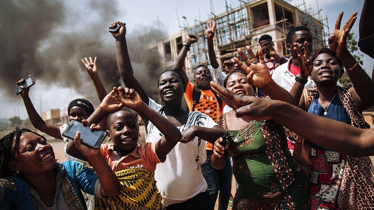 Des femmes protestent contre le report de l'élection présidentielle dans l'avenue principale de la ville de Beni.