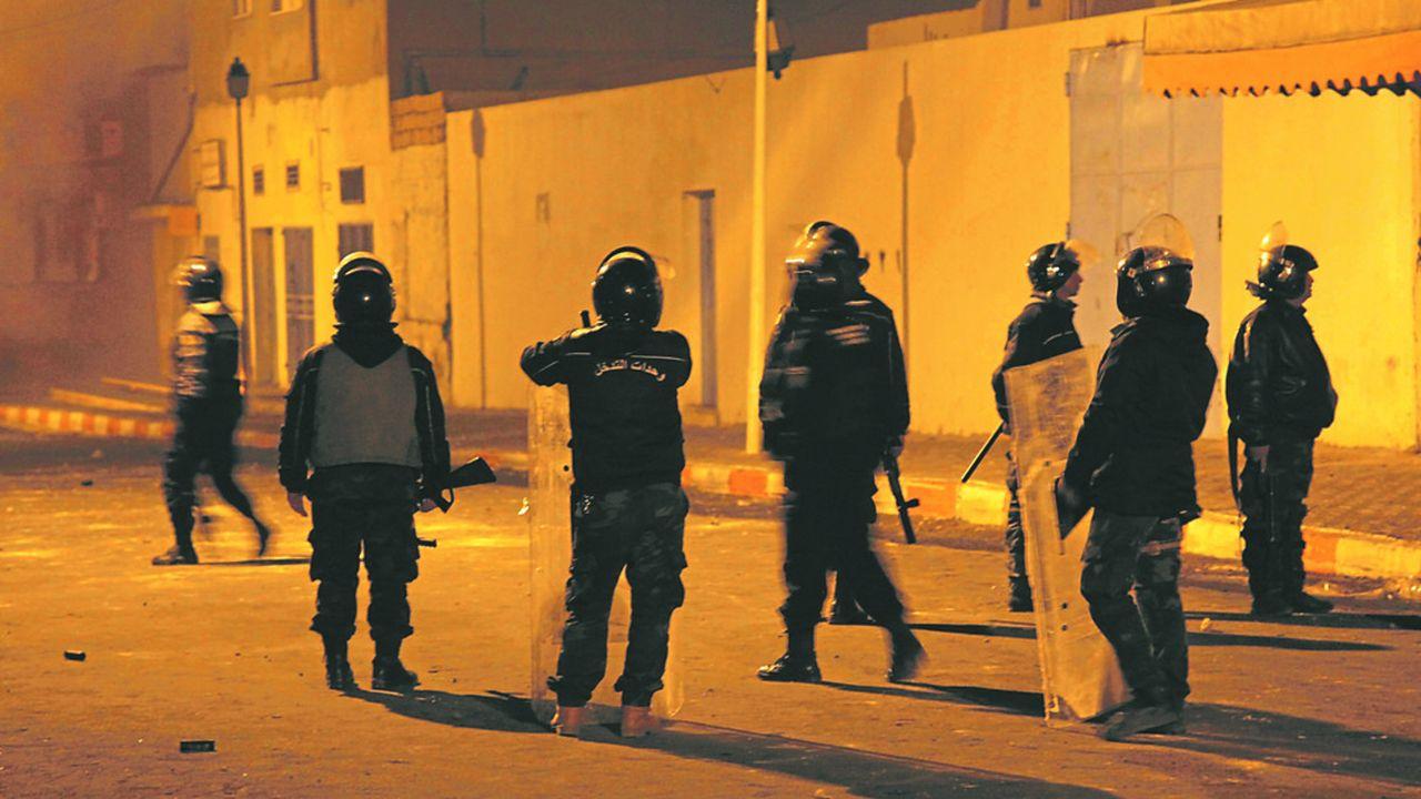 Dans la nuit de mercredi, la police tunisienne patrouillait après des affrontements, à Kasserine, avec des jeunes manifestants. Des échauffourées provoquées parle suicide d'un journaliste, Abderrazak Zorgui.