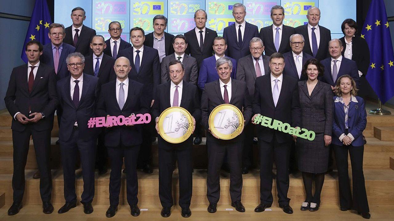 Entourant le président de la Banque centrale, Mario Draghi et le commissaire en charge des Affaires économiques, Pierre Moscovici, les ministres des Finances de la zone euro ont fêté le 20e anniversaire de l'euro le 3décembre dernier, à l'occasion de leur dernière réunion de 2018.