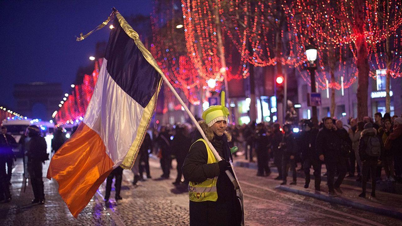 Près de 10.000 personnes ont répondu à deux événements estampillés «gilets jaunes» appelant à se rassembler pacifiquement sur les Champs-Elysées pour célébrer la nouvelle année