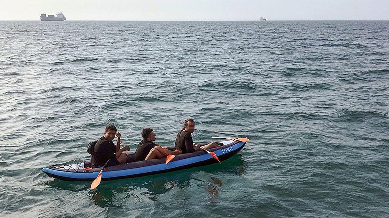 Trois migrants qui tentaient de traverser la Manche sont secourus au large des côtes françaises par un navire de la SNSM le 4août dernier. Aujourd'hui face aux embarcations de fortune, Londres a fait appel dans ses eaux territoriales à des navires qui patrouillaient en Méditerranée.