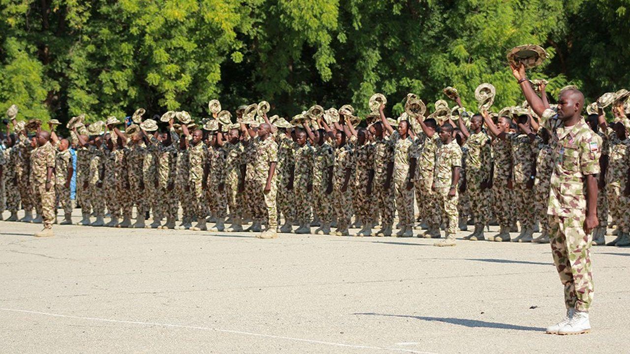 Des soldats du Nigeria saluent fin novembre le président Muhammadu Buhari, qui s'était engagé au début de son mandat, en 2014, à éradiquer Boko Haram.