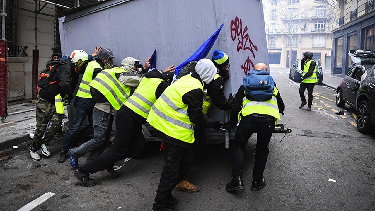 Des casseurs durant une manifestation des « gilets jaunes » à Paris le 8 décembre 2018.