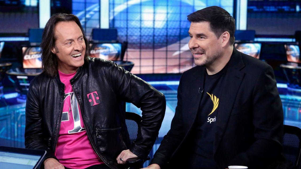 Le CEO de T-Mobile, John Legere (à droite) et celui de Sprint, Marcelo Claure