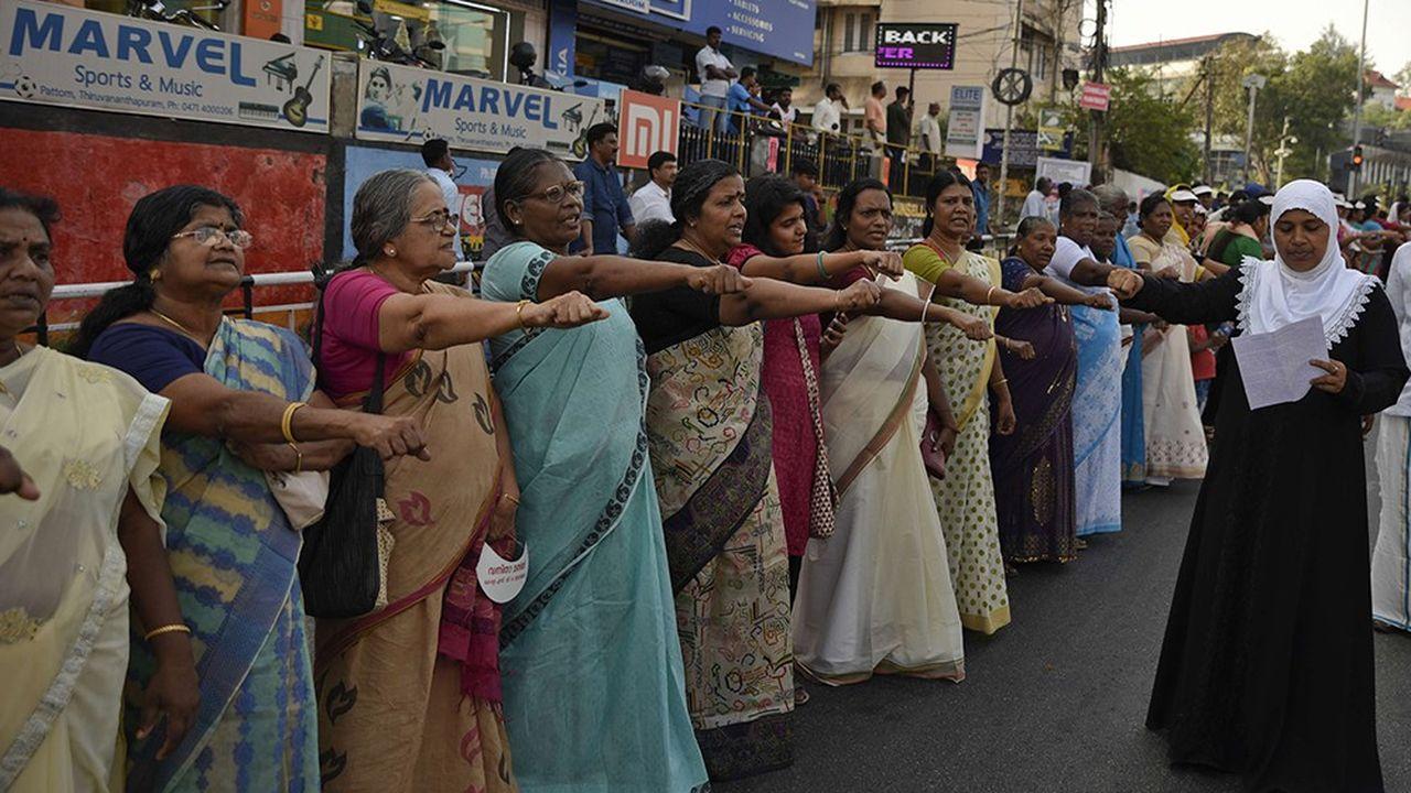 Avant la première intrusion, mardi, des dizaines de milliers de femmes avaient formé une chaîne humaine pour soutenir la décision de la Cour suprême.