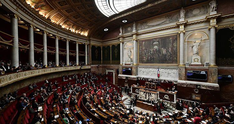 La réforme des institutions est déclinée en trois textes (constitutionnel, organique et ordinaire).