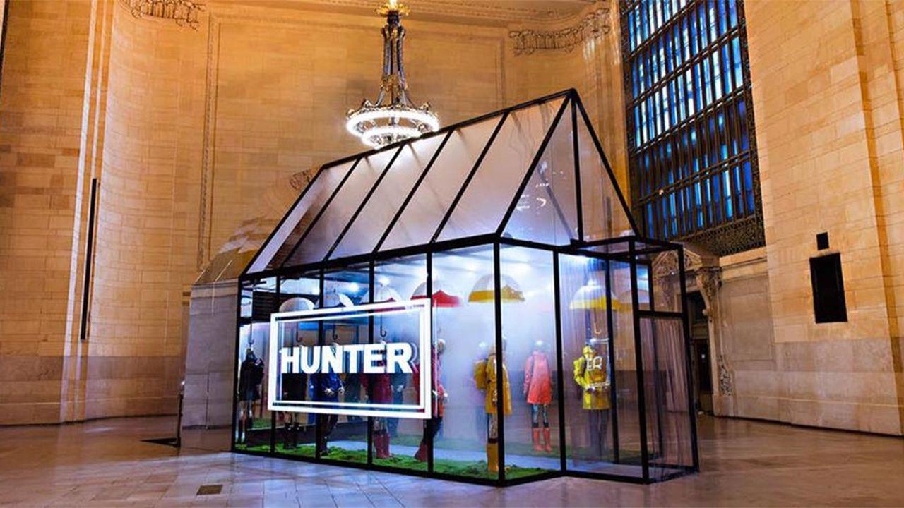 Il pleuvait dans la boutique éphémère installée l'automne dernier dans la gare Grand Central de New York parla marque britannique de bottes en caoutchouc.