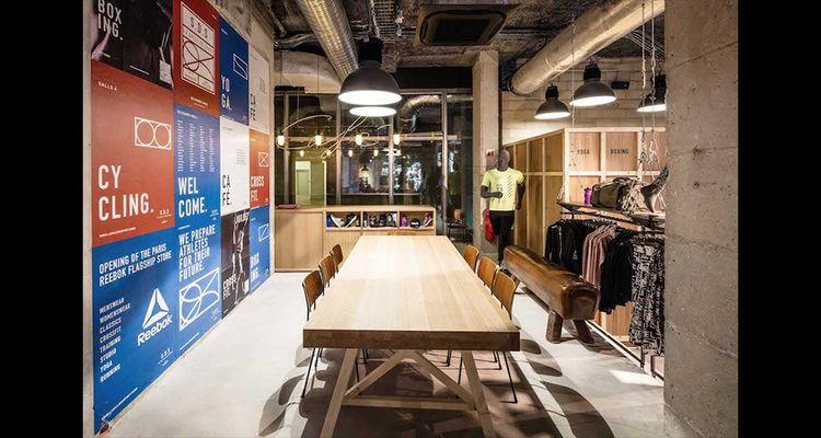 Coaching sportif, conférences-débats, rencontres avec les influenceurs… Lanouvelle boutique Reebok de la Madeleine à Paris fait plus penser à un social club qu'à un magasin classique.