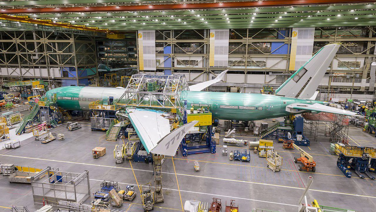 Le premier exemplaire du futur Boeing 777Xdevrait sortir d'usine en février.