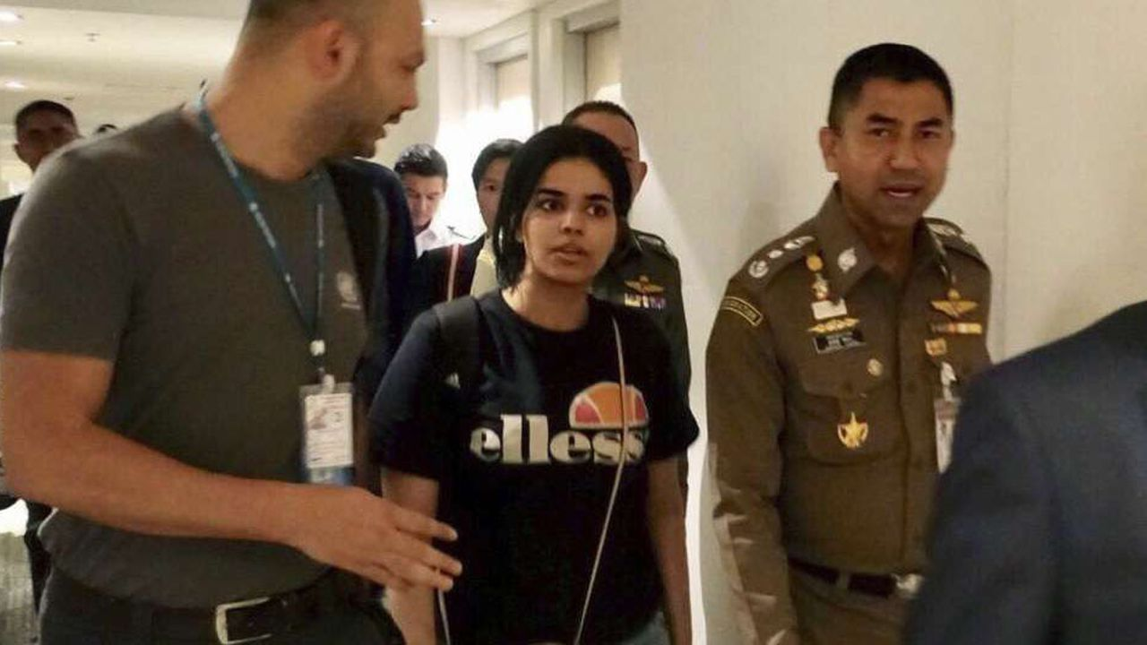 Surachate Hakparn, chef de la police de l'immigration thaïlandaise marche aux côtés de la jeune Saoudienne Rahaf Mohammed Al-Qunun juste avant son départ de l'aéroport.