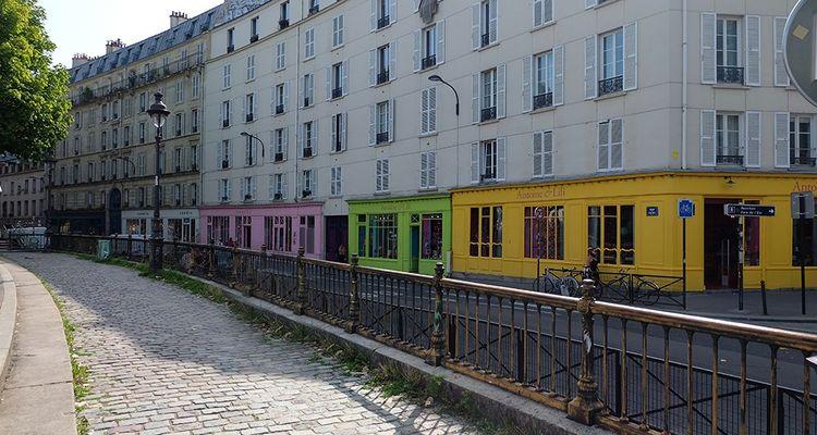 Antoine et Lili a ouvert ses premières boutiques quai de Valmy à Paris, avec trois boutiques aux façades rose, verte et jaune