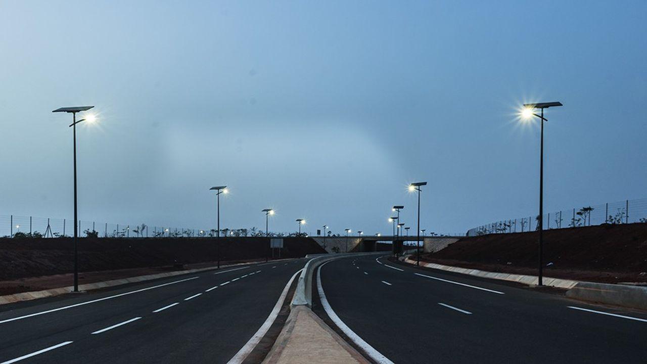 Route de l'aéroport à Dakar éclairée par Fonroche.
